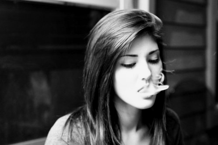 sexy-girl-smoking-vape